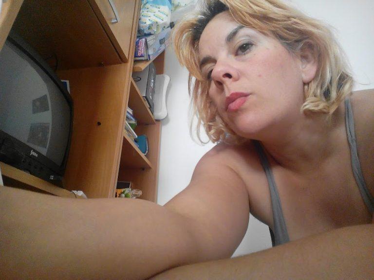 mujer enfocada. Mujer concentrada