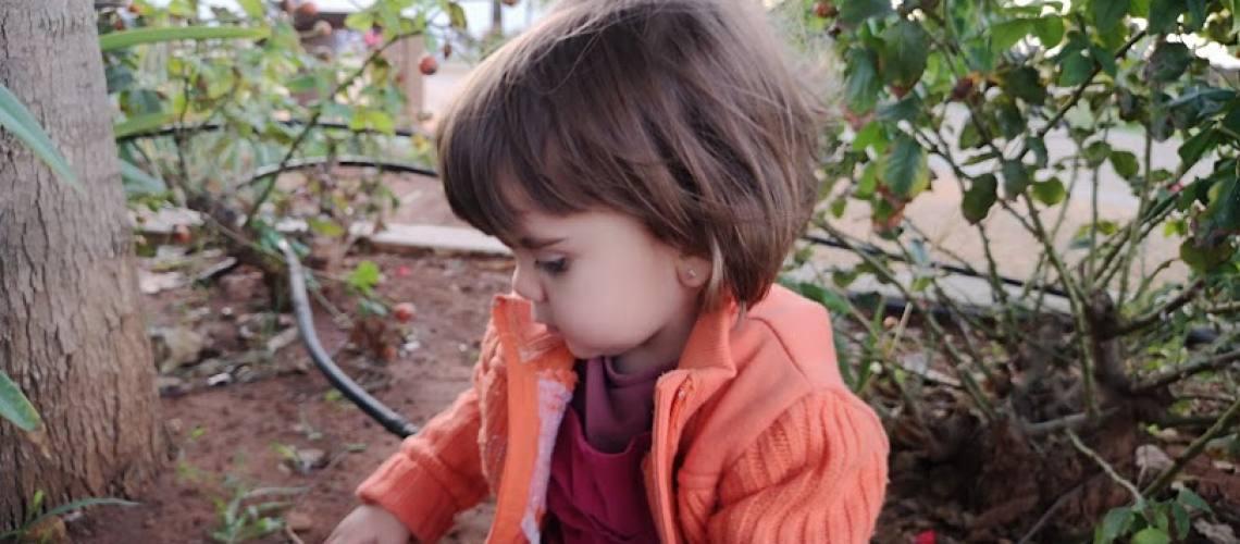 bebe jugando en el jardin