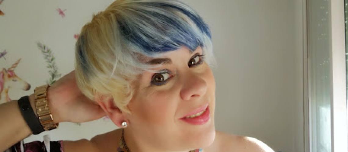 pelo corto blanco y azul